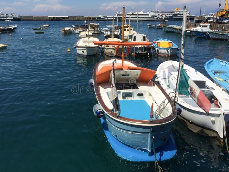 Boten in de haven van Capri stock afbeelding