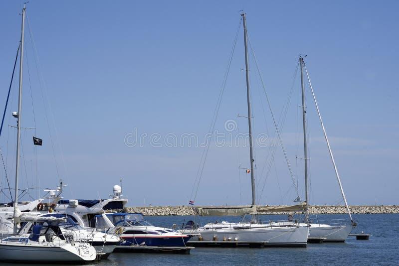 Boten in de haven van Mangalia Roemenië royalty-vrije stock foto