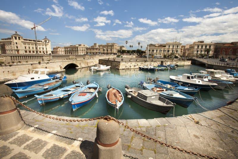 Boten in de kleine haven van Syracuse, Sicilië (Italië) stock foto's
