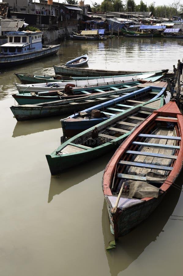 Boten in de krottenwijk van Djakarta stock fotografie