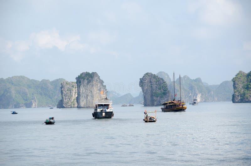 Boten in de Lange Baai van Ha stock afbeeldingen