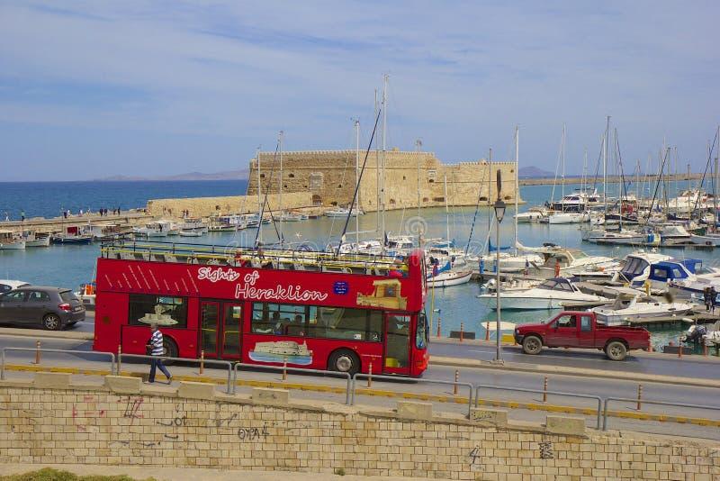 Boten in de oude haven het eiland van van Heraklion, Kreta, Griekenland stock foto