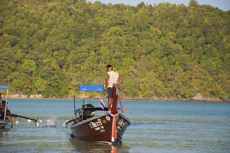 Boten de plaatselijke bewoners op het eiland stock afbeelding