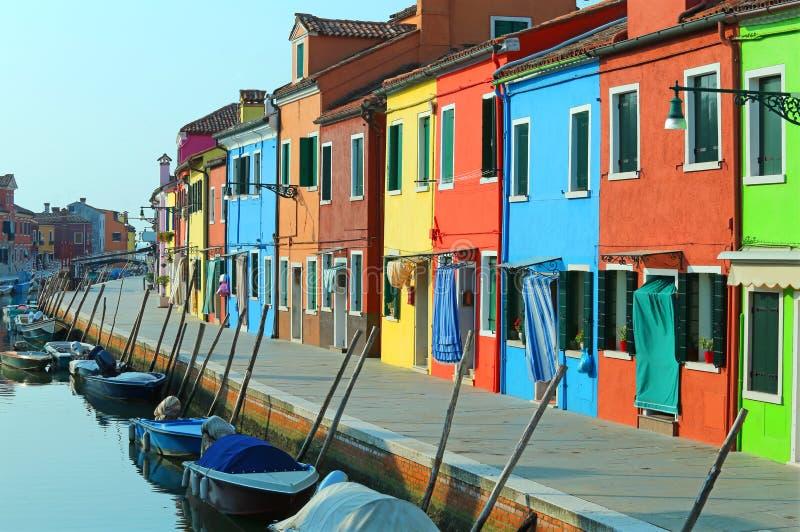 Boten in de waterweg dichtbij de kleurrijke huizen van isl worden vastgelegd die stock foto's