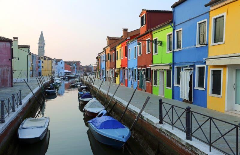 Boten in de waterweg dichtbij de kleurrijke huizen worden vastgelegd dat stock afbeelding