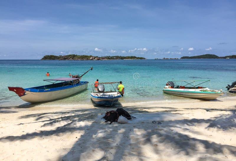 Boten dichtbij het eiland royalty-vrije stock foto