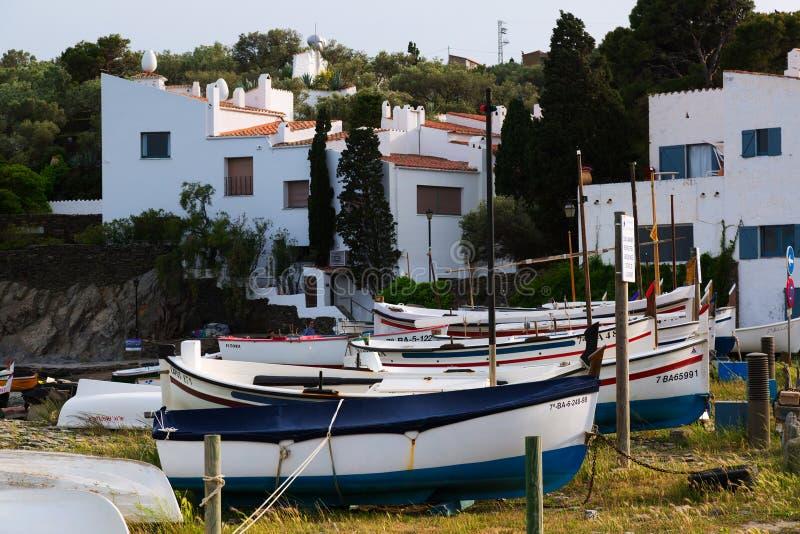 Boten dichtbij huis van Dali bij Haven Lligat stock afbeelding