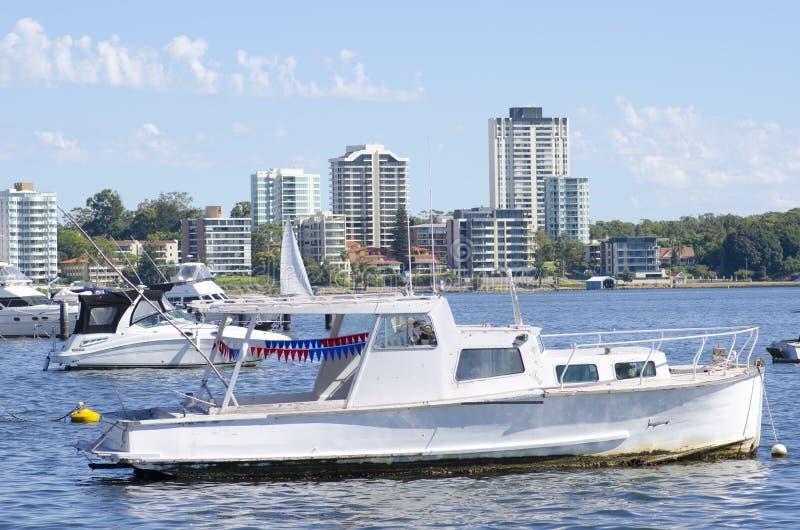 Boten die bij de kust van Perth verankeren royalty-vrije stock afbeelding