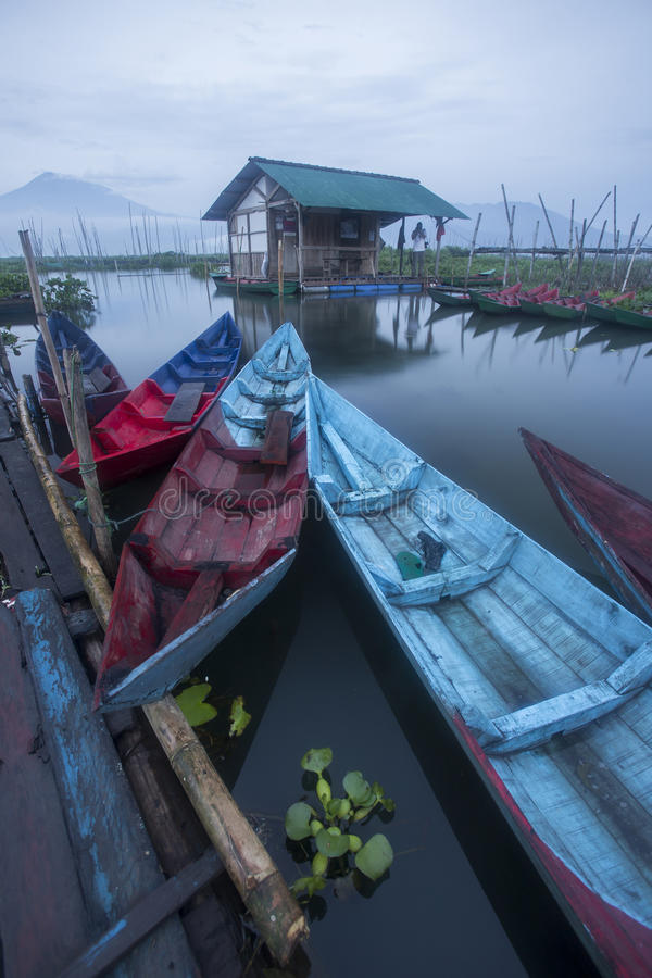 Boten die bij het Meer van Rawa Pening, Indonesië parkeren stock fotografie