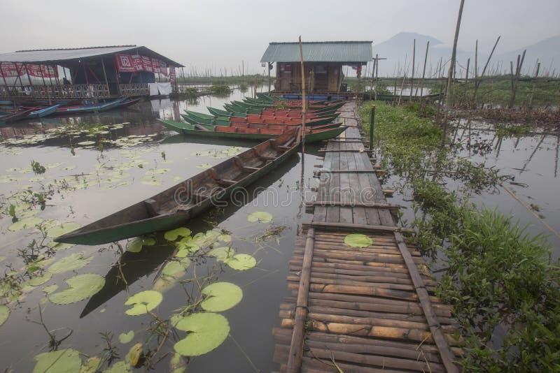 Boten die bij het Meer van Rawa Pening, Indonesië parkeren royalty-vrije stock fotografie