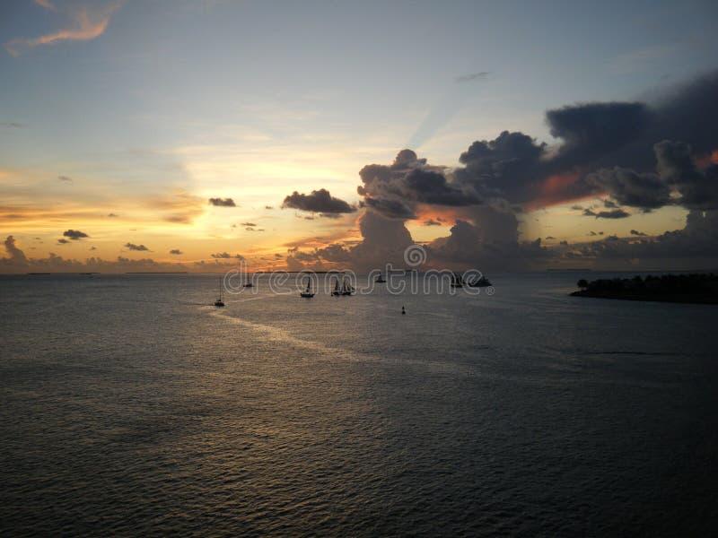Boten die bij zonsondergang worden gesilhouetteerd royalty-vrije stock fotografie