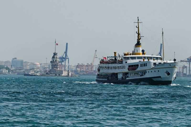 Boten die in Bosphorus varen stock afbeelding
