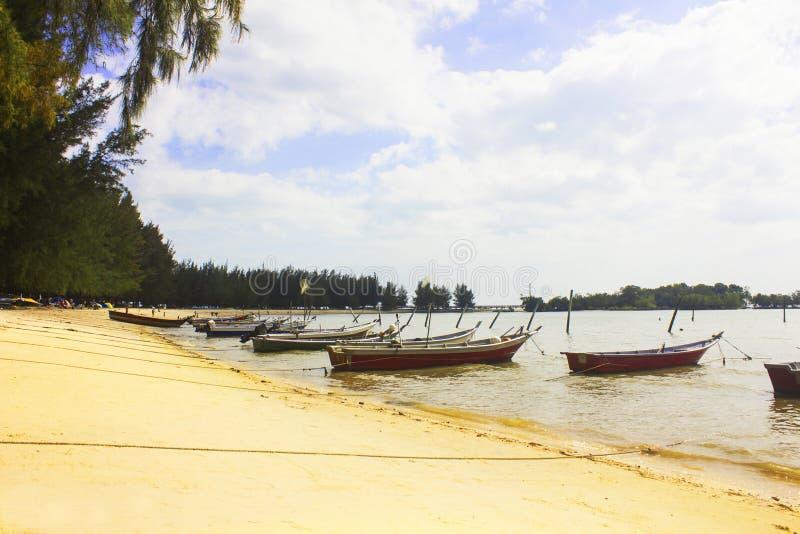Boten die door het strand worden verankerd stock foto