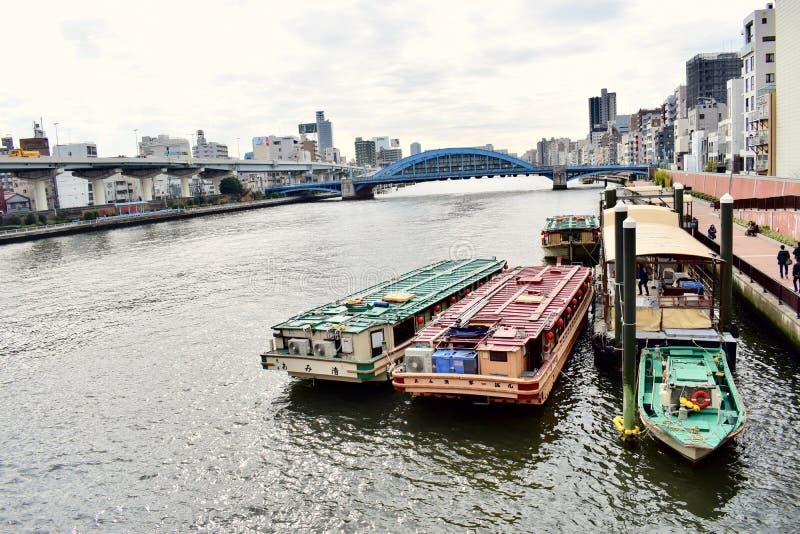 Boten die op de de baai van Tokyo en Sumida-rivier parkeren royalty-vrije stock foto