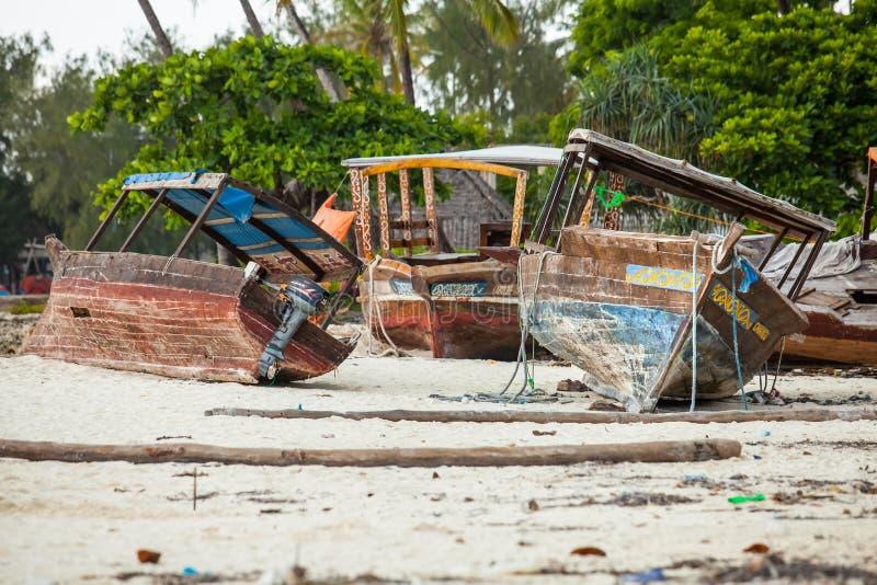 Boten die op het strand rusten die op reparaties wachten royalty-vrije stock afbeeldingen