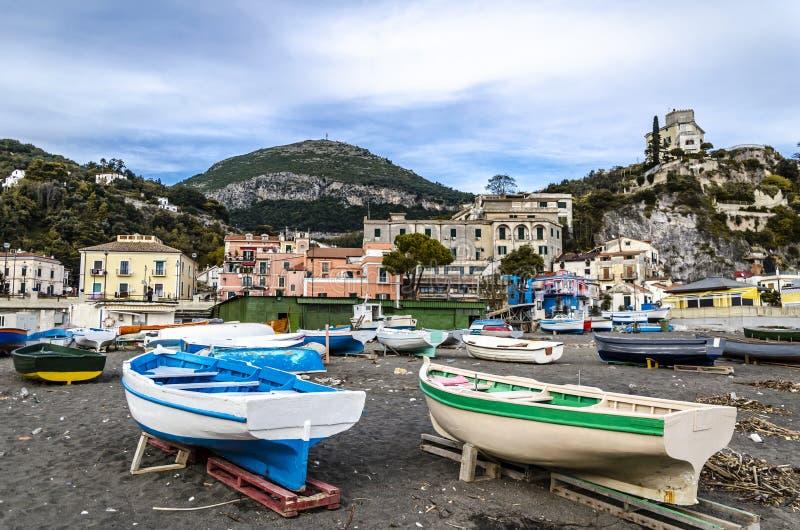 Boten die op het zand op een amalfi strand worden geparkeerd Italië royalty-vrije stock foto's