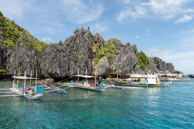 Boten die op reizigers bij het Verborgen Strand van Gr nido, Palawan, Filippijnen, 18,2018 wachten Nov. stock afbeelding