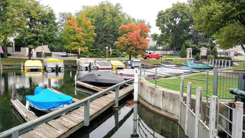 Boten door Dam in Meer Genève, Wisconsin worden gedokt dat stock fotografie