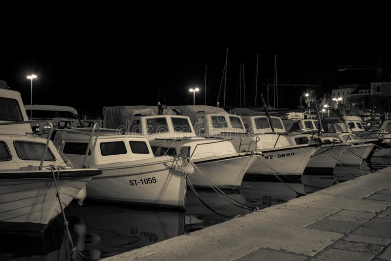 Boten in een haven, laat - nacht stock foto's