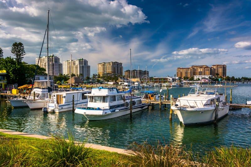 Boten in een jachthaven en hotels langs de Intracoastal Waterweg binnen royalty-vrije stock fotografie