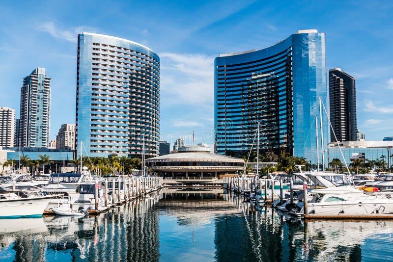 Boten in Embarcadero Marina Park North in San Diego worden vastgelegd dat stock foto's
