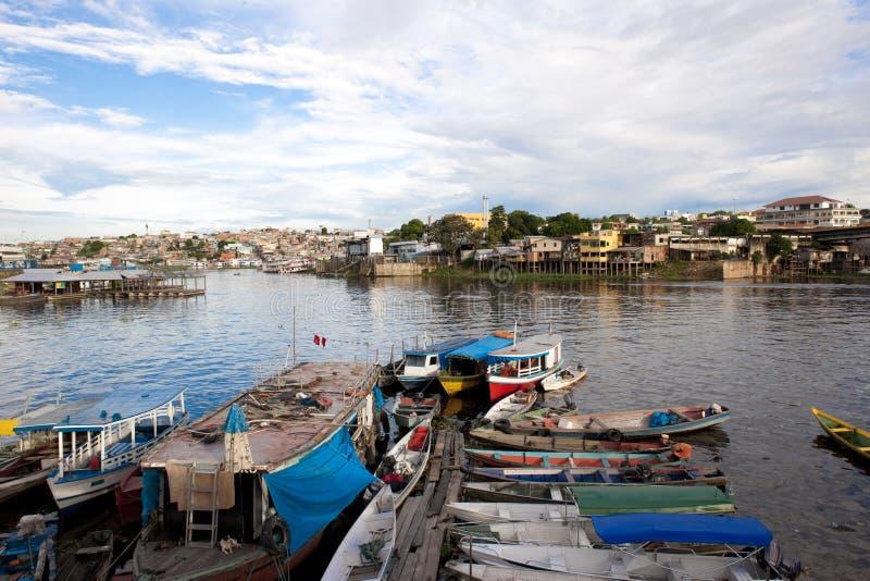 Boten en Favelas in Manaus stock afbeelding