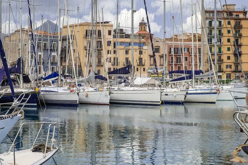 Boten en jachten in de baai van La Cala, oude haven in Palermo, Sicilië worden geparkeerd dat stock fotografie