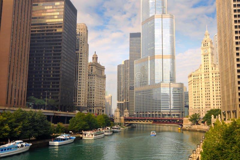Boten en wolkenkrabbers op de Rivier van Chicago royalty-vrije stock foto's