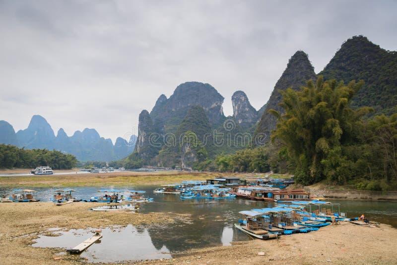 Boten in haven op Li-rivier in Yangshuo, Guilin, China stock afbeeldingen