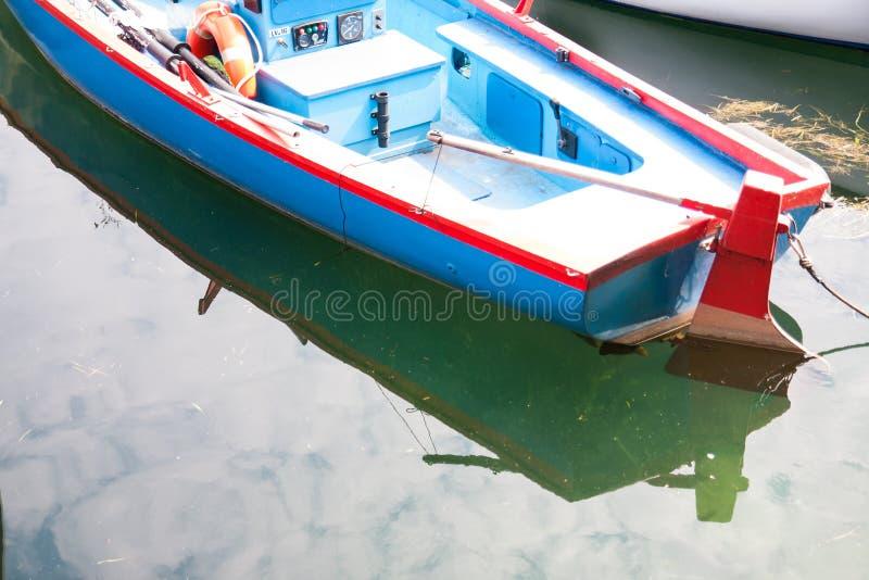 Boten in het dok van Meer Garda worden vastgelegd die stock afbeelding