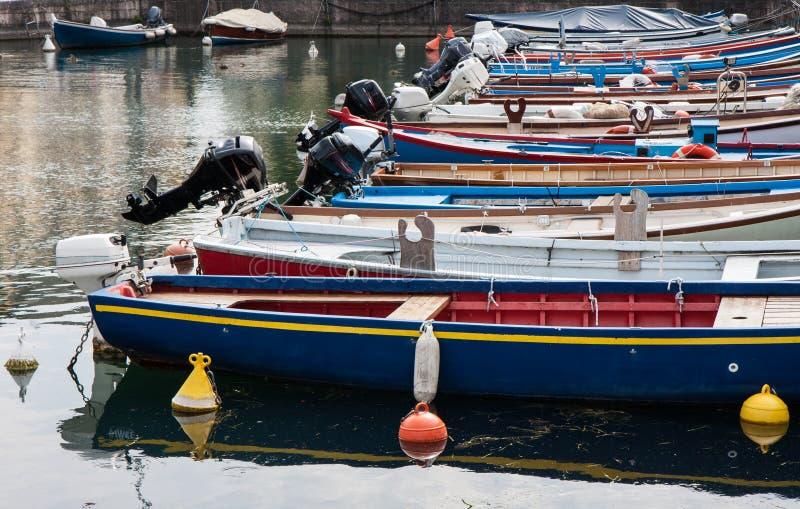 Boten in het dok van Meer Garda worden vastgelegd die stock foto's