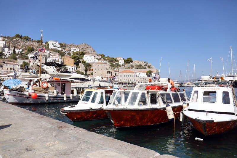 Boten in het eiland Griekenland van Hydra van de Middellandse Zee stock afbeeldingen