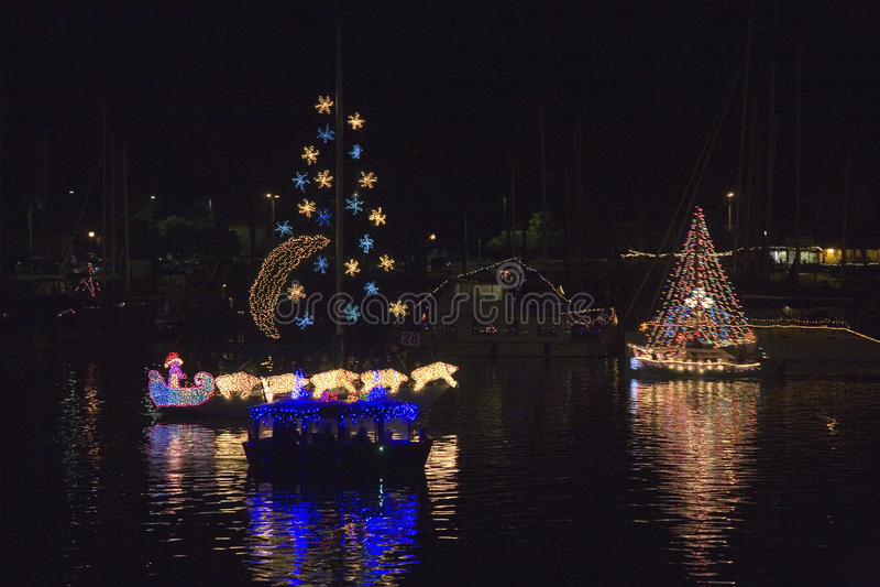 Boten met Kerstmislichten stock foto