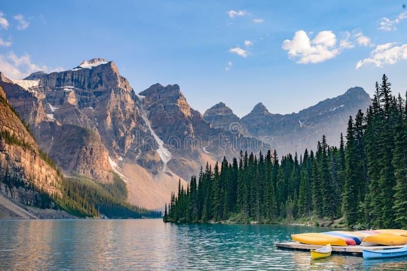 Boten in Morenemeer dichtbij Meer Louise - het Nationale Park van Banff - Canada stock foto's