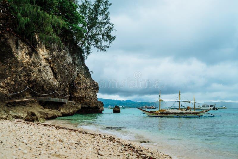 Boten op Boracay-strand in Filippijnen stock foto's