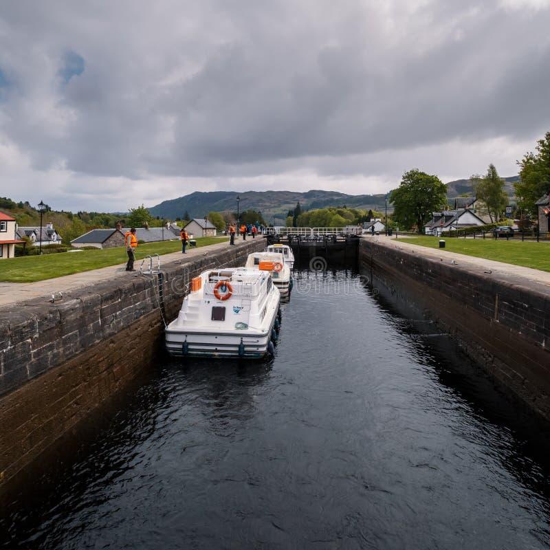 Boten op Caledonisch kanaal bij Fort Augustus in Schotland royalty-vrije stock foto's