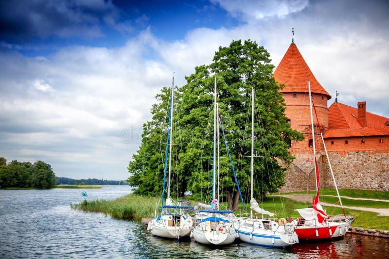 Boten op de kust van het meer dichtbij Trakai-Kasteel in Lith worden geparkeerd die stock fotografie