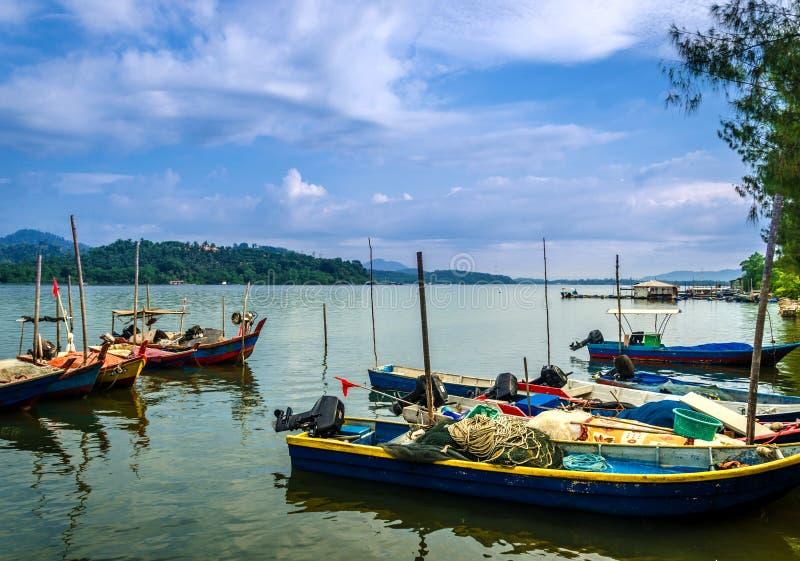 Boten op de rivier op blauwe hemelachtergrond royalty-vrije stock afbeeldingen