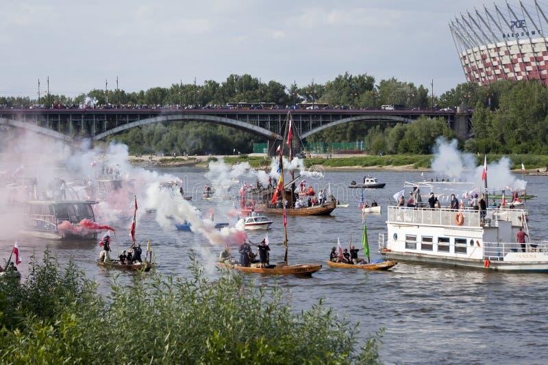 Boten op de rivier Vistula in Warshau tijdens de viering van 75ste verjaardag van de Opstand van Warshau royalty-vrije stock afbeelding