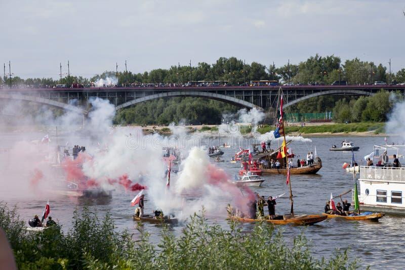 Boten op de rivier Vistula in Warshau tijdens de viering van 75ste verjaardag van de Opstand van Warshau royalty-vrije stock foto's
