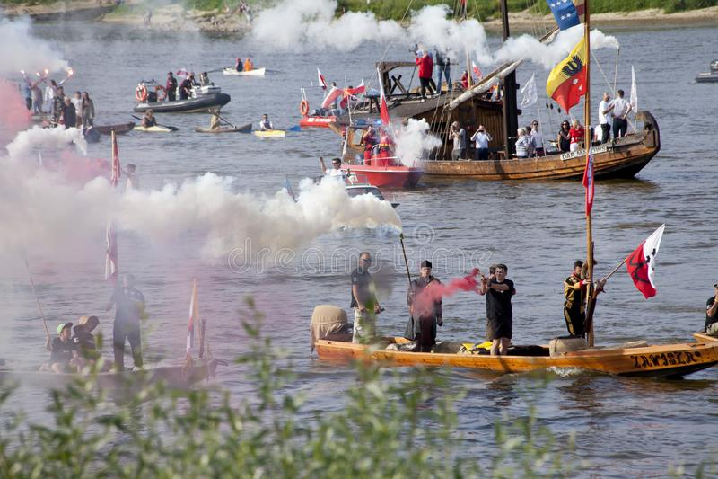 Boten op de rivier Vistula in Warshau tijdens de viering van 75ste verjaardag van de Opstand van Warshau stock foto's