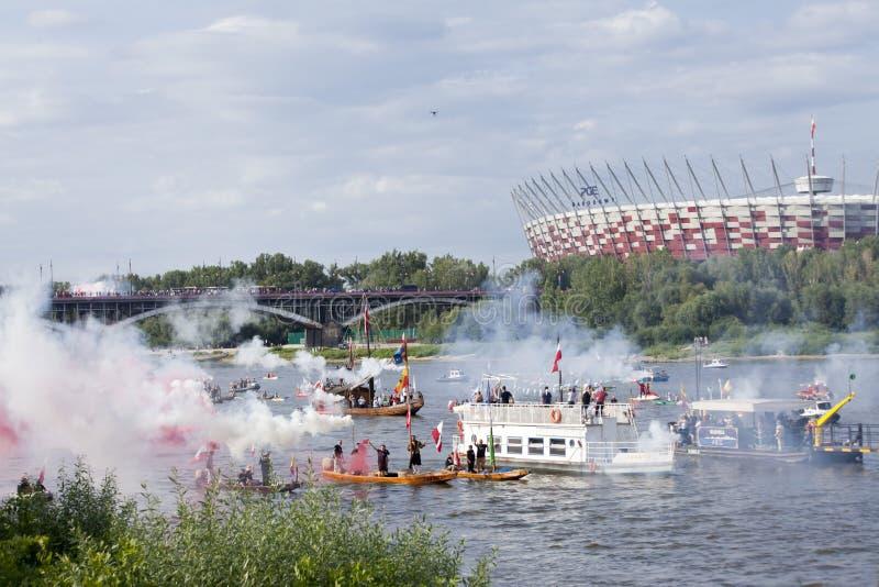 Boten op de rivier Vistula in Warshau tijdens de viering van 75ste verjaardag van de Opstand van Warshau royalty-vrije stock fotografie
