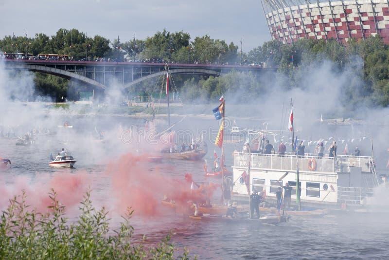 Boten op de rivier Vistula in Warshau tijdens de viering van 75ste verjaardag van de Opstand van Warshau royalty-vrije stock foto