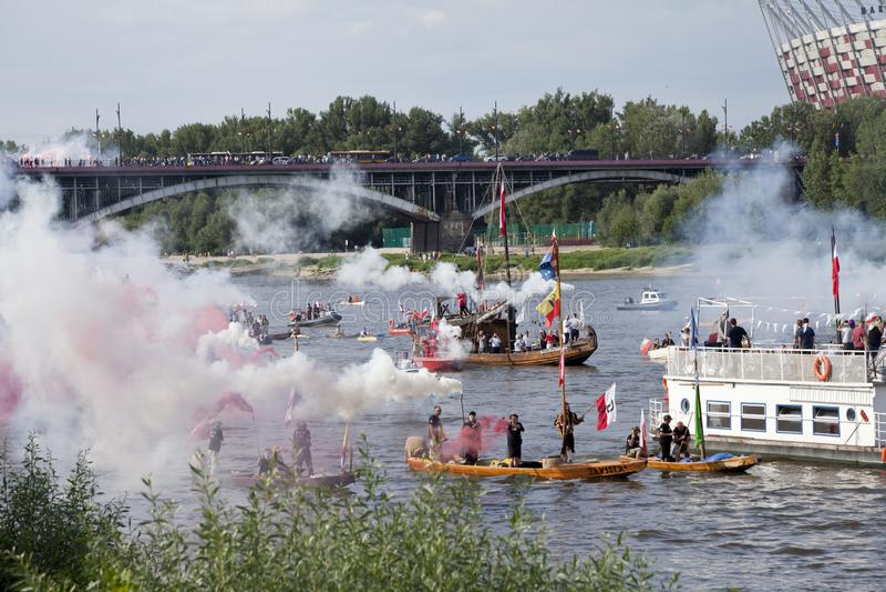 Boten op de rivier Vistula in Warshau tijdens de viering van 75ste verjaardag van de Opstand van Warshau royalty-vrije stock afbeeldingen