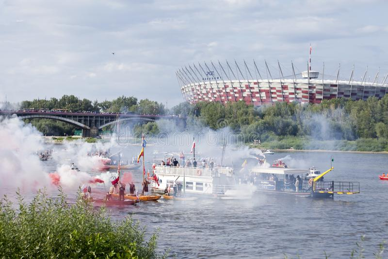 Boten op de rivier Vistula in Warshau tijdens de viering van 75ste verjaardag van de Opstand van Warshau stock foto