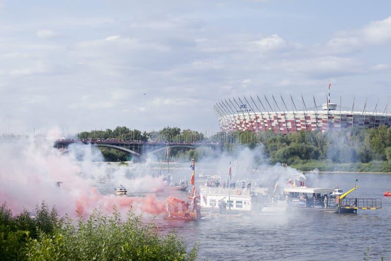 Boten op de rivier Vistula in Warshau tijdens de viering van 75ste verjaardag van de Opstand van Warshau stock afbeelding
