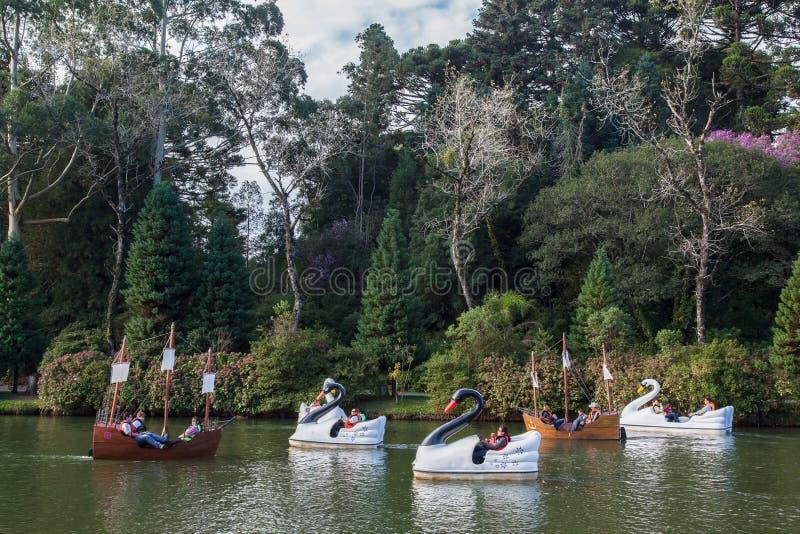 Boten op Donker Meer Gramado Brazilië stock fotografie
