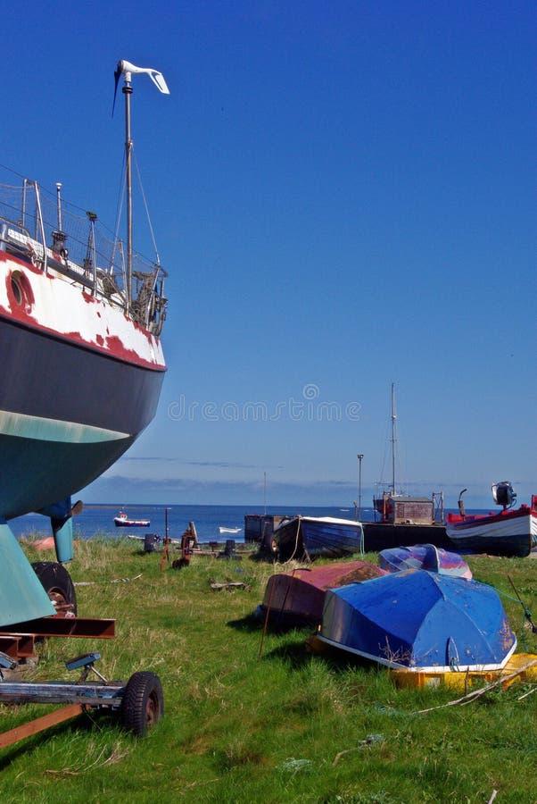 Download Boten op droog land stock afbeelding. Afbeelding bestaande uit boten - 54075577