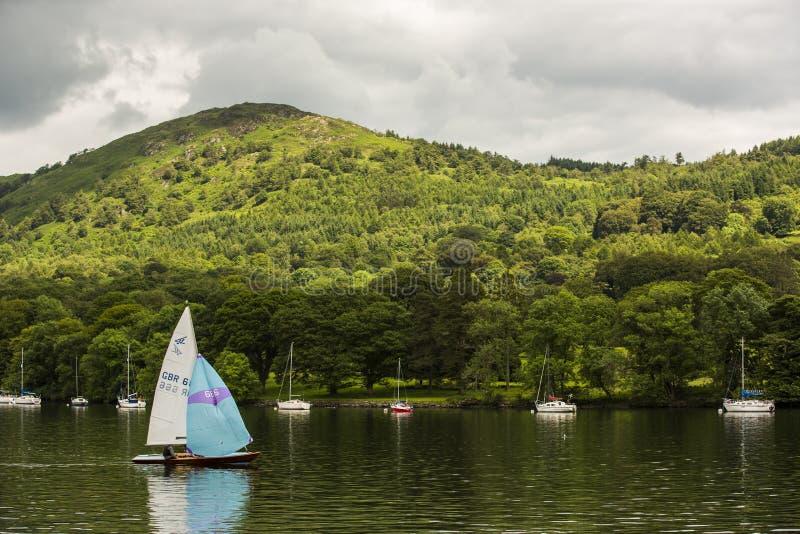 Boten op een meer in Engeland stock afbeelding
