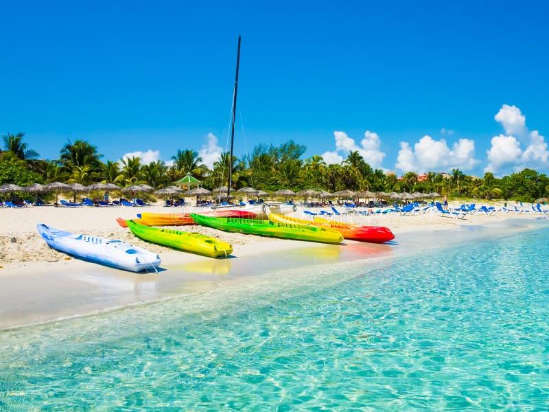 Boten op het Cubaanse strand van Varadero royalty-vrije stock foto
